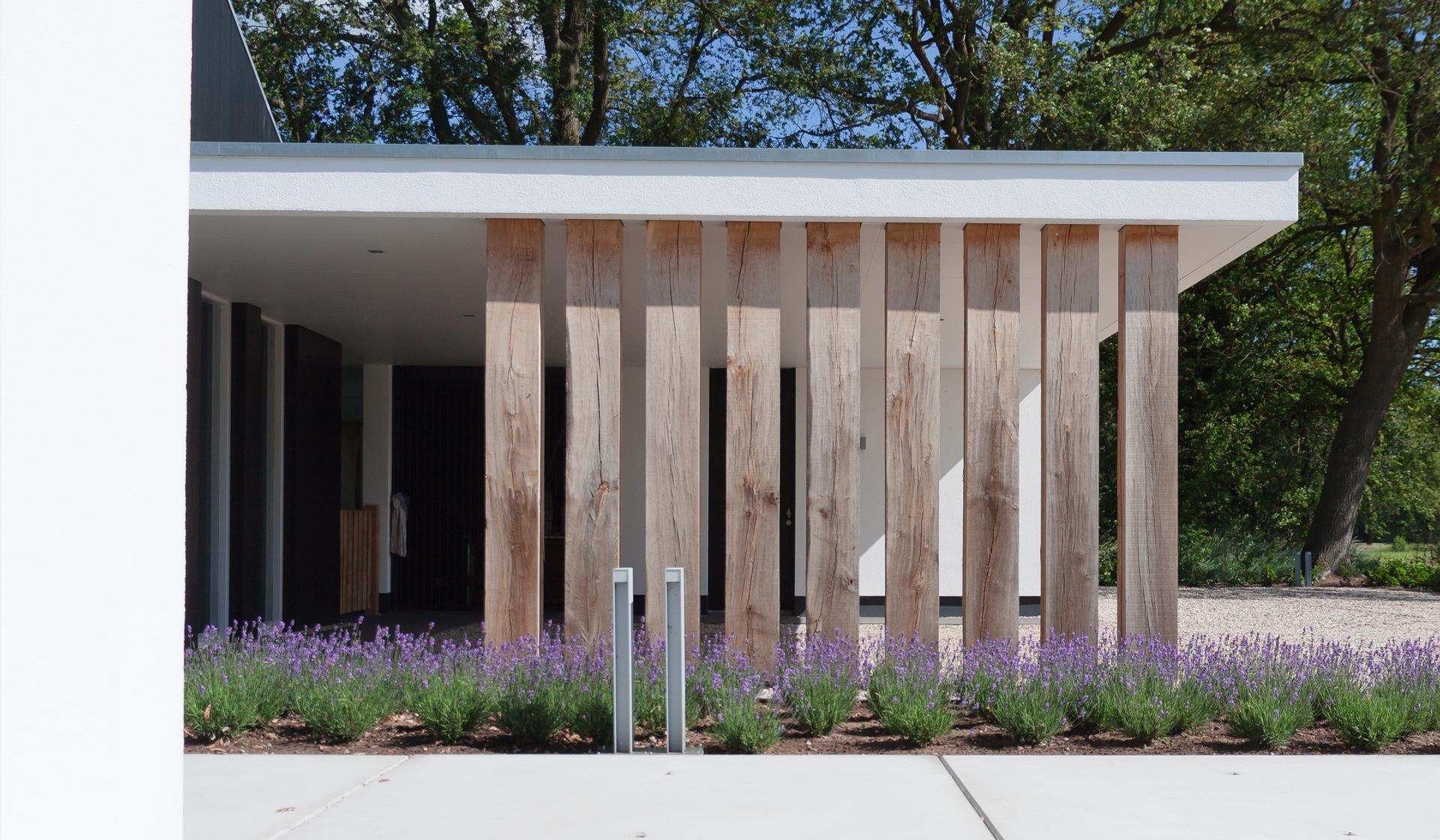Strakke architectuur in traditionele materialsiering